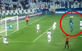 В ОАЭ футболиста наказали желтой карточкой за ходьбу на руках