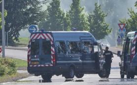 Неизвестные захватили в заложники десять человек в магазине под Парижем