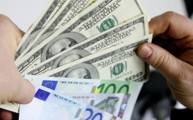 Рубль в начале дня снижался к доллару и евро на фоне слабой нефти