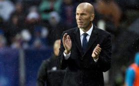 Игроки «Реала» облили Зинедина Зидана водой во время пресс-конференции после Суперкубка