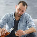 Мужчины становятся алкоголиками чаще, чем женщины