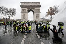 Лувр и Эйфелеву башню закроют на выходные из-за протестов в Париже