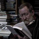 Почему пожилые люди медленно читают