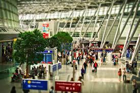 Работники аэропорта рассказали, что происходит с забытыми деньгами пассажиров