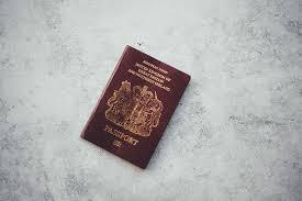 Британку сняли с рейса из-за сувенирной марки в паспорте
