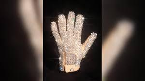 Белую перчатку Майкла Джексона продали на аукционе в США
