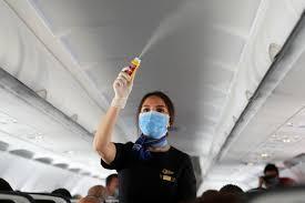 Стюардессы назвали пять поступков пассажиров, больше всего раздражающих во время пандемии