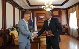 Аксенов наградил олимпийского призера из Крыма Глеба Бакши