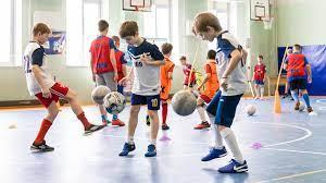 Школы восьми регионов страны стали проводить уроки футбола