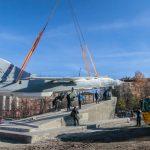 В Новосибирске подняли на постамент бомбардировщик Су-24